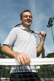 Hombre en el campo de tenis - vertical Fotografía de archivo libre de regalías