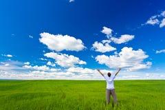 Hombre en el campo que se levanta encima de las manos imagen de archivo libre de regalías