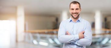 Hombre en el centro de negocios con los brazos cruzados fotos de archivo