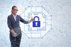 Hombre en el concepto digital de la seguridad que presiona el botón imagen de archivo