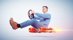 Hombre en el conductor de coche de la ropa de sport con una rueda, concepto de transporte alternativo del cohete stock de ilustración