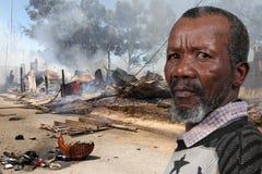 Hombre en el desastre del fuego Imagen de archivo libre de regalías