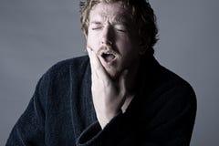 Hombre en el dolor que se sostiene la quijada. ¡Dolor de muelas! Fotografía de archivo libre de regalías