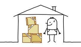 Hombre en el embalaje de la casa y de la cartulina Fotos de archivo libres de regalías