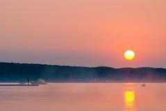 Hombre en el embarcadero que mira la puesta del sol hermosa Fotografía de archivo libre de regalías