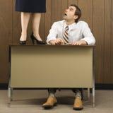 Hombre en el escritorio que mira para arriba imagen de archivo libre de regalías