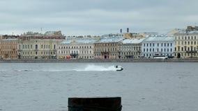 Hombre en el esquí del jet a ir rápidamente en la fila de Neva del río con la tolerancia de la fragata metrajes