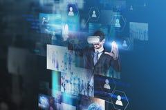 Hombre en el funcionamiento de vidrios de VR con las pantallas virtuales ilustración del vector