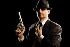 Hombre en el juego que lleva a cabo un revólver de 357 botellas dobles. Imagenes de archivo
