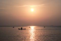 Hombre en el kajak en el mar Imagenes de archivo
