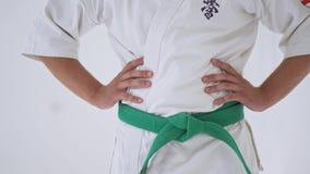 Hombre en el kimono blanco almacen de metraje de vídeo