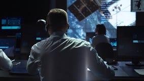 Hombre en el lugar de trabajo en centro espacial imágenes de archivo libres de regalías