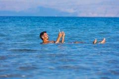 Hombre en el mar muerto, Israel Fotografía de archivo libre de regalías