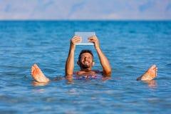 Hombre en el mar muerto, Israel foto de archivo libre de regalías