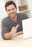 Hombre en el país usando el ordenador portátil y señalar Imagen de archivo libre de regalías