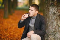 Hombre en el parque del otoño Foto de archivo libre de regalías