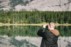 Hombre en el parque imagen de archivo libre de regalías