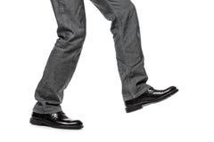 Hombre en el paso de progresión que recorre de los zapatos fotos de archivo libres de regalías