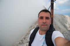 Hombre en el pico de Koncheto en la montaña Pirin Imagen de archivo libre de regalías