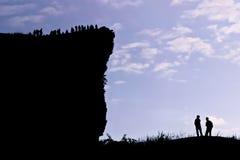 Hombre en el pico de la montaña. imagen de archivo libre de regalías