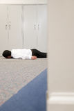 Hombre en el piso de la oficina fotos de archivo
