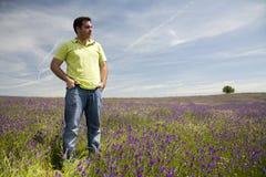 Hombre en el prado floreciente Fotografía de archivo libre de regalías