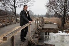 Hombre en el puente de madera Foto de archivo libre de regalías