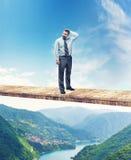 Hombre en el puente sobre el río de la montaña fotografía de archivo