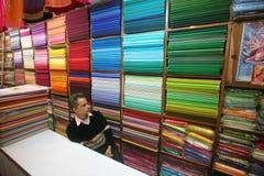Hombre en el salón de muestras de la tela, Delhi foto de archivo libre de regalías