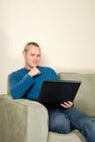 Hombre en el sofá fotografía de archivo