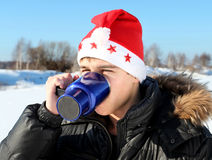 Hombre en el sombrero de Papá Noel al aire libre Fotos de archivo