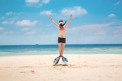 Hombre en el sombrero de santa en la playa tropical Fotos de archivo libres de regalías
