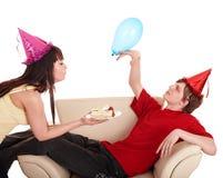 Hombre en el sombrero y la muchacha del partido que comen la torta. Imagenes de archivo