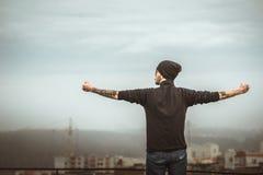 Hombre en el tejado del alto edificio Fotos de archivo libres de regalías