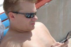 Hombre en el teléfono celular foto de archivo libre de regalías