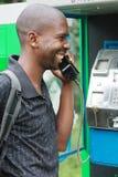 Hombre en el teléfono público Foto de archivo libre de regalías