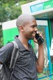 Hombre en el teléfono público Fotos de archivo libres de regalías