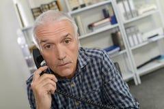 Hombre en el teléfono que parece chocado Fotos de archivo libres de regalías