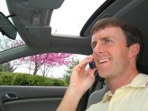 Hombre en el teléfono celular en coche Fotografía de archivo libre de regalías