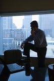 Hombre en el teléfono de la oficina Imágenes de archivo libres de regalías
