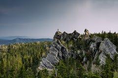 Hombre en el top de la roca Imagen de archivo libre de regalías