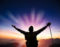 Hombre en el top de salida del sol de observación de la montaña imagen de archivo libre de regalías