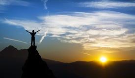 Hombre en el top de una roca Imagen de archivo libre de regalías