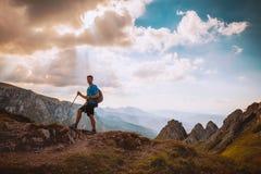 Hombre en el top de una roca Fotografía de archivo libre de regalías