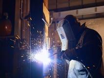 Hombre en el trabajo como soldador en industria pesada imagenes de archivo
