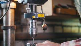 Hombre en el trabajo con la máquina del taladro eléctrico, virutas del metal Tiro dinámico almacen de video