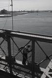 Hombre en el trabajo sobre el puente de Brooklyn Imagen de archivo
