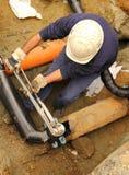 Hombre en el trabajo sobre el tubo de gas Imágenes de archivo libres de regalías
