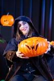 Hombre en el traje asustadizo de Halloween con la calabaza Fotos de archivo