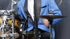 Hombre en el traje azul que juega los tambores - primer almacen de video